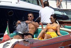 Аппетитная попка Кортни Кардашян в сексуальном бикини на лодочной прогулке в Италии фото #18