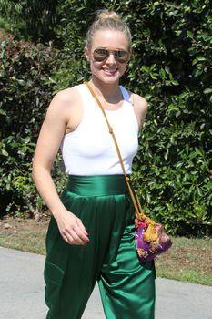 Красотка Кристен Белл без лифчика на улицах Брентвуда фото #1
