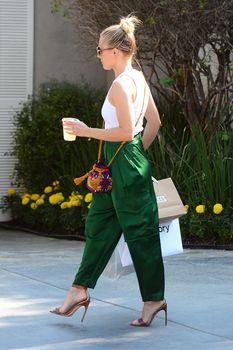 Красотка Кристен Белл без лифчика на улицах Брентвуда фото #5