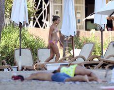 Красотка Амелия Виндзор топлесс на пляже на Ибице фото #11