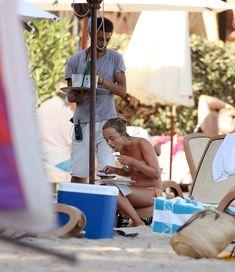 Красотка Амелия Виндзор топлесс на пляже на Ибице фото #18