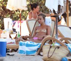 Красотка Амелия Виндзор топлесс на пляже на Ибице фото #20