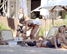 Красотка Амелия Виндзор топлесс на пляже на Ибице фото #24