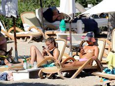 Красотка Амелия Виндзор топлесс на пляже на Ибице фото #25