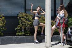 Аппетитная Мэдисон Бир в сексуальном обтягивающем наряде на улицах Лос-Анджелеса фото #10