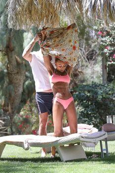 Красотка Мелани Браун топлесс в Калифорнии фото #17