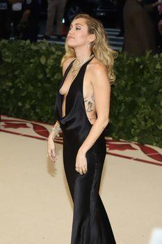 Красивая Майли Сайрус в откровенном наряде на Fashion & The Catholic Imagination Costume Institute Gala фото #1