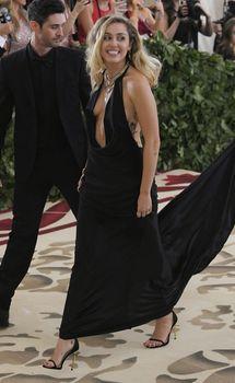 Красивая Майли Сайрус в откровенном наряде на Fashion & The Catholic Imagination Costume Institute Gala фото #3