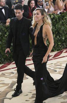 Красивая Майли Сайрус в откровенном наряде на Fashion & The Catholic Imagination Costume Institute Gala фото #4