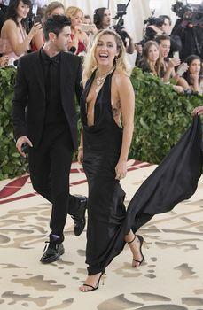 Красивая Майли Сайрус в откровенном наряде на Fashion & The Catholic Imagination Costume Institute Gala фото #5