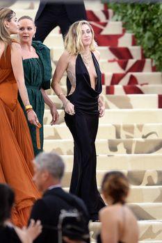 Красивая Майли Сайрус в откровенном наряде на Fashion & The Catholic Imagination Costume Institute Gala фото #7