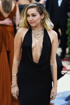 Красивая Майли Сайрус в откровенном наряде на Fashion & The Catholic Imagination Costume Institute Gala фото #8