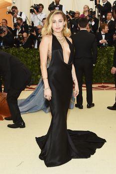 Красивая Майли Сайрус в откровенном наряде на Fashion & The Catholic Imagination Costume Institute Gala фото #9
