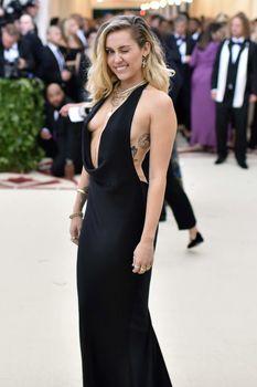 Красивая Майли Сайрус в откровенном наряде на Fashion & The Catholic Imagination Costume Institute Gala фото #10
