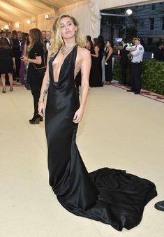 Красивая Майли Сайрус в откровенном наряде на Fashion & The Catholic Imagination Costume Institute Gala фото #11