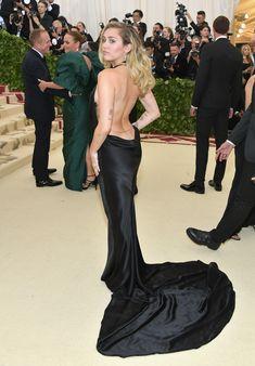 Красивая Майли Сайрус в откровенном наряде на Fashion & The Catholic Imagination Costume Institute Gala фото #12