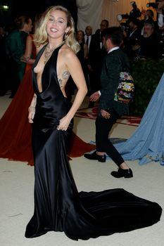 Красивая Майли Сайрус в откровенном наряде на Fashion & The Catholic Imagination Costume Institute Gala фото #13