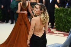 Красивая Майли Сайрус в откровенном наряде на Fashion & The Catholic Imagination Costume Institute Gala фото #14