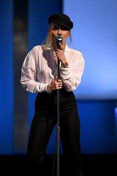 Возбуждающие соски Майли Сайрус в прозрачной рубашке на выступлении в Лос-Анджелесе фото #1