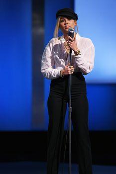 Возбуждающие соски Майли Сайрус в прозрачной рубашке на выступлении в Лос-Анджелесе фото #2