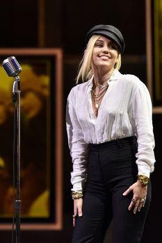 Возбуждающие соски Майли Сайрус в прозрачной рубашке на выступлении в Лос-Анджелесе фото #4