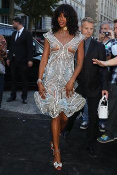 Горячая Наоми Кэмпбелл в прозрачном наряде на вечеринке Vogue в Париже фото #1