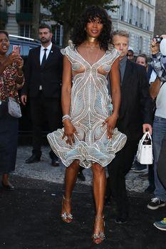 Горячая Наоми Кэмпбелл в прозрачном наряде на вечеринке Vogue в Париже фото #2