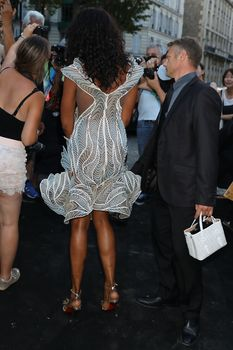 Горячая Наоми Кэмпбелл в прозрачном наряде на вечеринке Vogue в Париже фото #6