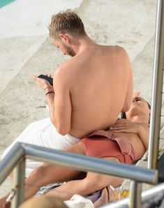 Горячая Натали Келли топлесс купается в бассейне в Австралии фото #12