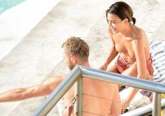 Горячая Натали Келли топлесс купается в бассейне в Австралии фото #13