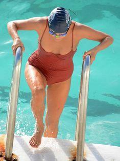 Горячая Натали Келли топлесс купается в бассейне в Австралии фото #17