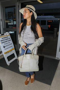 Красотка Николь Шерзингер засветила соски сквозь топ в аэропорту Лос-Анджелеса фото #1