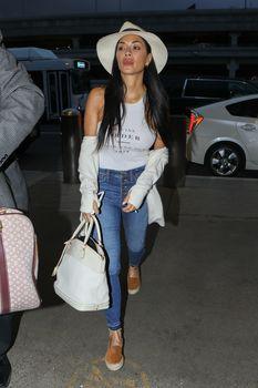 Красотка Николь Шерзингер засветила соски сквозь топ в аэропорту Лос-Анджелеса фото #2