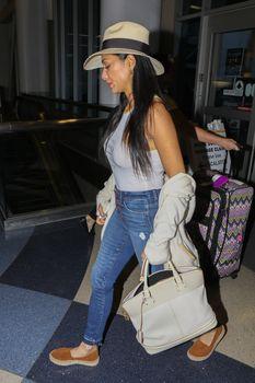 Красотка Николь Шерзингер засветила соски сквозь топ в аэропорту Лос-Анджелеса фото #8