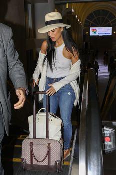Красотка Николь Шерзингер засветила соски сквозь топ в аэропорту Лос-Анджелеса фото #10