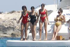 Страстная Оливия Калпо в ярком бикини на яхте на Форминтере фото #8