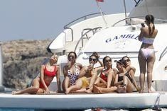 Страстная Оливия Калпо в ярком бикини на яхте на Форминтере фото #9