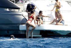 Страстная Оливия Калпо в ярком бикини на яхте на Форминтере фото #11