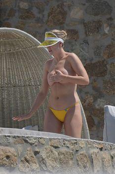 Голые сиськи Перри Эдвардс на каникулах на Миконосе фото #3