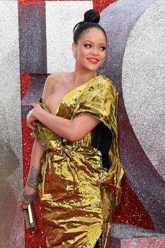 Красотка Рианна засветила грудь на премьере Oceans 8 в Лондоне фото #3