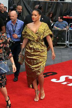Красотка Рианна засветила грудь на премьере Oceans 8 в Лондоне фото #6