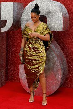 Красотка Рианна засветила грудь на премьере Oceans 8 в Лондоне фото #15