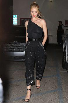 Голая грудь Роузи Хантингтон-Уайтли в прозрачном наряде в Западном Голливуде фото #2