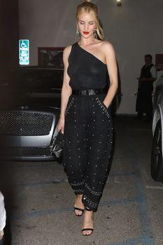 Голая грудь Роузи Хантингтон-Уайтли в прозрачном наряде в Западном Голливуде фото #3