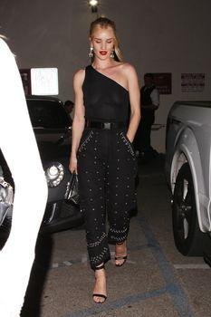 Голая грудь Роузи Хантингтон-Уайтли в прозрачном наряде в Западном Голливуде фото #4
