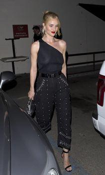 Голая грудь Роузи Хантингтон-Уайтли в прозрачном наряде в Западном Голливуде фото #5