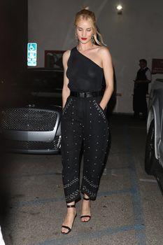 Голая грудь Роузи Хантингтон-Уайтли в прозрачном наряде в Западном Голливуде фото #6