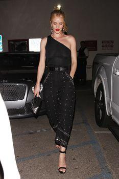 Голая грудь Роузи Хантингтон-Уайтли в прозрачном наряде в Западном Голливуде фото #7