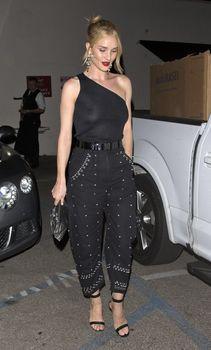 Голая грудь Роузи Хантингтон-Уайтли в прозрачном наряде в Западном Голливуде фото #8