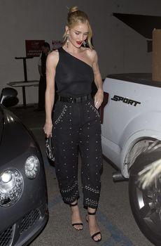 Голая грудь Роузи Хантингтон-Уайтли в прозрачном наряде в Западном Голливуде фото #9